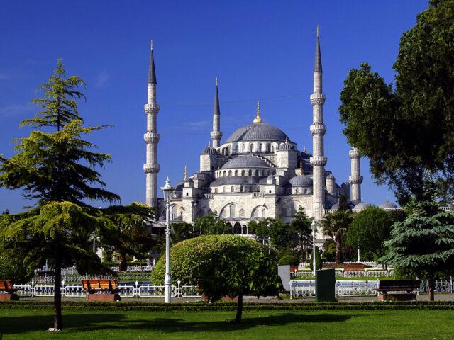 Istanbul Tyrkia 28 - 31. mai. 06. Den blå Moske - Sultan Ahmet Camii - er en av de mest berømte eligiøse bygningen i verden. Den har 6 minareter (spir) - kun en moske i verden har en mer (7) og det er moskeen i Mekka. Bygget mellom 1609-1616. Den er 51x53 meter med en kuppel på ø23,5 meter og 43 meter høy. Har 260 vinduer som slepper inn lys. Den dominerende fargen innvendig er blå - derfor navnet.